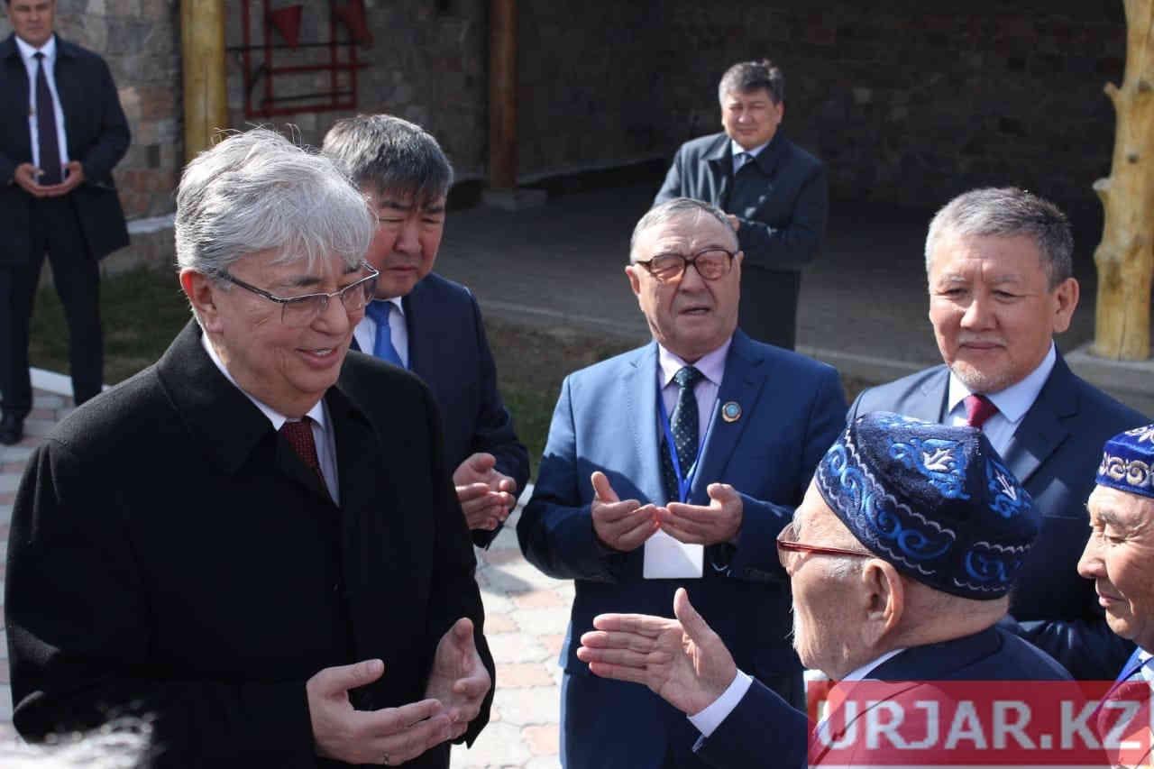 Токаев посетил Жидебай, почтив память Абая и Шакарима