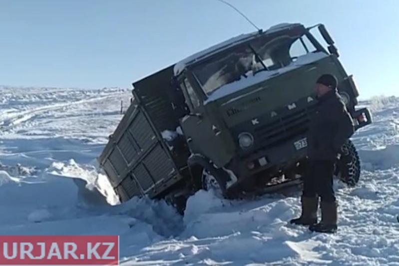 «Утонувшие» в снегу автомобили спасали Урджарские полицейские